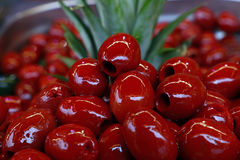 Röda gjorde full av hål Cerignola oliv i olje- slut upp Royaltyfria Foton