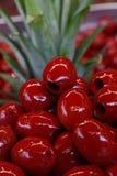 Röda gjorde full av hål Cerignola oliv i olje- slut upp Royaltyfri Fotografi