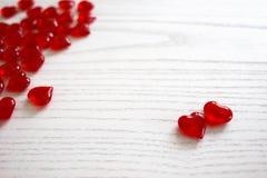 Röda glas- hjärtor arkivfoton