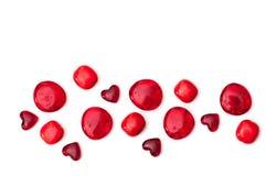 Röda glass hjärtor och pryder med pärlor på vit Royaltyfri Fotografi