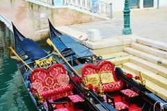 Röda gondoler och grönt vatten, Venedig, Italien Royaltyfria Bilder