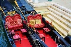 Röda gondoler, Venedig, Italien Arkivfoto