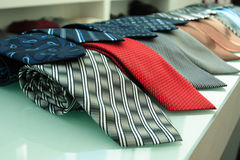 Röda grå färg slösar och andra slipsen royaltyfri fotografi