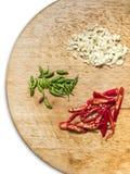 Röda gröna chilipeppar och garlics fotografering för bildbyråer