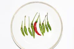 Röda gröna chilipeppar som isoleras på vit bakgrund Royaltyfri Foto