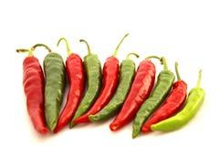 röda gröna varma peppar för chili Arkivfoto