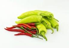 röda gröna varma peppar för chili Royaltyfria Bilder