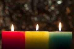 Röda, gula och gröna färgglade stearinljus med suddig bokehbackg Fotografering för Bildbyråer