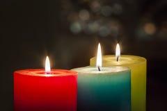 Röda, gula och gröna färgglade stearinljus med suddig bokehbackg Royaltyfri Fotografi