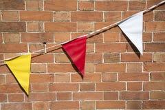Röda, gula och vita flaggor Arkivfoton