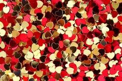 röda guld- hjärtor för konfettiar Royaltyfri Foto