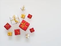 Röda, guld- och silvergåvaaskar på vit bakgrund Arkivbild