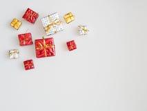 Röda, guld- och silvergåvaaskar på vit bakgrund Royaltyfri Foto