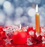 Röda guld- stearinljus för jul på iskuber Royaltyfria Foton