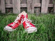 röda gymnastikskor Arkivfoto
