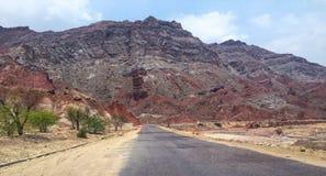 Röda gyttjastonskullar framme av huvudvägen Arkivbilder