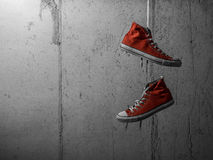 Röda hängande gymnastikskor Arkivbild