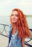 Röda haired kvinnor i lyckligt statligt utomhus Fotografering för Bildbyråer