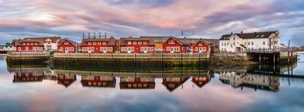 Röda hamnhus i Svolvaer, Norge på solnedgången Royaltyfri Bild