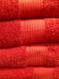 Röda handdukar/övre textur för tyghögslut Arkivbild