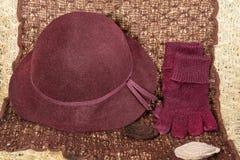 Röda handskar och hatt Fotografering för Bildbyråer