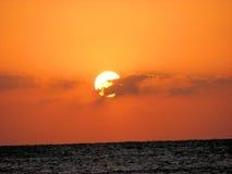 Röda havetsoluppgång arkivfoto