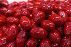 Röda hela Cerignola oliv i olje- slut upp Arkivfoton