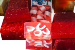 Röda hemlagade tvålstänger i marknaden Royaltyfria Foton