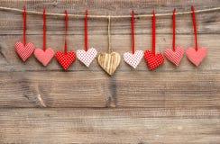 Röda hjärtor över träbakgrund Valentindaggarnering Fotografering för Bildbyråer