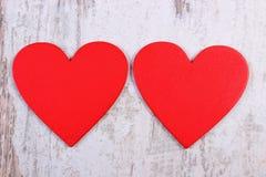 Röda hjärtor för valentin på den gamla trävita tabellen, symbol av förälskelse Arkivfoton