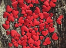Röda hjärtor för valentindag på wood bakgrund Arkivfoto