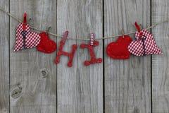 Röda hjärtor och högt hänga på klädstreck Arkivbild