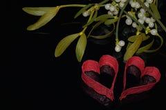 Röda hjärtor och mistel Royaltyfria Bilder