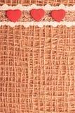 Röda hjärtor på abstrakt torkdukebakgrund Royaltyfri Bild