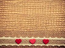 Röda hjärtor på abstrakt torkdukebakgrund Fotografering för Bildbyråer