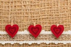 Röda hjärtor på abstrakt torkdukebakgrund Royaltyfri Fotografi