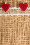 Röda hjärtor på abstrakt torkdukebakgrund Arkivbild