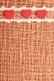 Röda hjärtor på abstrakt torkdukebakgrund Royaltyfri Foto