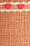 Röda hjärtor på abstrakt torkdukebakgrund Arkivbilder