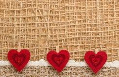 Röda hjärtor på abstrakt torkdukebakgrund Royaltyfria Bilder