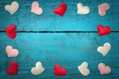 Röda hjärtor på de blåa brädena Royaltyfri Foto