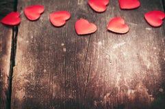 Röda hjärtor på de gamla mörkerbrädena Arkivfoto