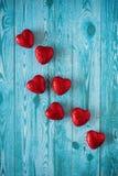 Röda hjärtor på en blå bakgrund med wood textur Fotografering för Bildbyråer