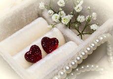 Röda hjärtor på en mjuk bas Fotografering för Bildbyråer