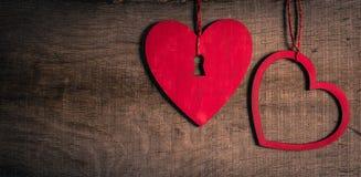 Röda hjärtor på gammalt trä med kopieringsutrymme. Hjärta med en nyckelhål. Royaltyfri Fotografi