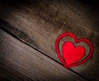 Röda hjärtor på gammalt trä med kopieringsutrymme. Valentindagbakgrund. Arkivfoton
