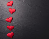 Röda hjärtor på stenbakgrund Arkivbilder