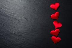 Röda hjärtor på stenbakgrund Fotografering för Bildbyråer
