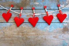 Röda hjärtor på träbakgrund 8 extra ai som kontroll för hälsning för mapp för eps för bakgrundskortdag nu över vita oavgjorda spa Fotografering för Bildbyråer