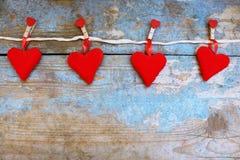 Röda hjärtor på träbakgrund 8 extra ai som kontroll för hälsning för mapp för eps för bakgrundskortdag nu över vita oavgjorda spa Royaltyfri Bild